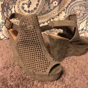 NWT Chinese Laundry Tan Wedges Size 6.5